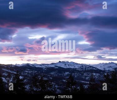 Rosa nubes sobre Mt Silliman en el Kings-Kaweah dividir, Sequoia National Park, California, Estados Unidos Imagen De Stock