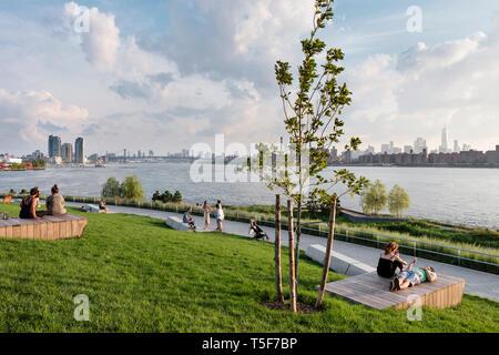 """El riachuelo vistas zona con 'balsas de madera"""". Hunters Point South Park, Nueva York, Estados Unidos. Arquitecto: SWA/Balsley en colaboración con Weis Imagen De Stock"""