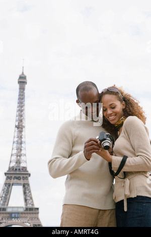 Pareja africana mirando a la cámara Imagen De Stock