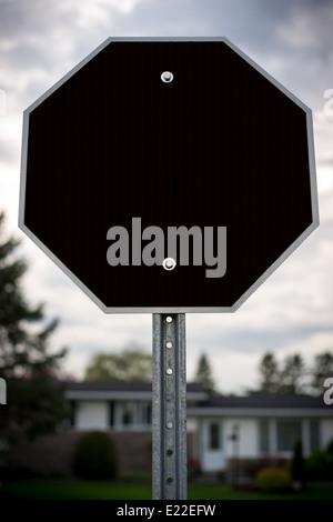 Una parada en blanco y negro con forma de signo signo octogonal con espacio para su texto o mensaje. Imagen De Stock