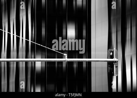 La fotografía de un semáforo delante de un fondo abstracto. Imagen De Stock