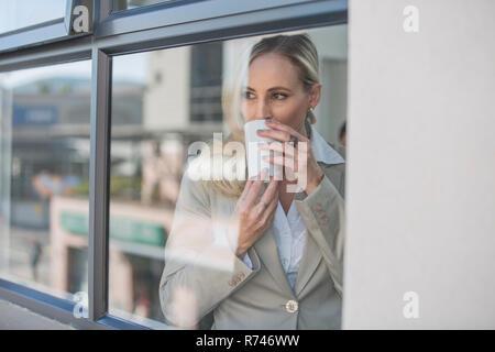 La empresaria tomando café en Office Imagen De Stock