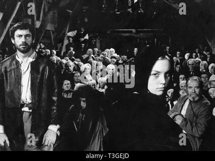 Les Sorcieres de Salem Año: 1957 - Francia Yves Montand, Mylène Demongeot, Pierre Larquey Director: Raymond Rouleau Imagen De Stock