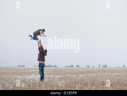Lanzamiento de padres niño en el aire Imagen De Stock
