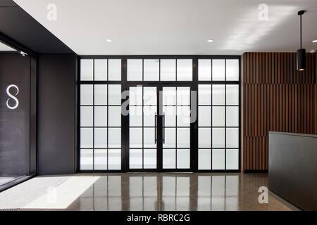 Ventanas y puertas Crittal en recepción. 8 Bloomsbury, Londres, Reino Unido. Arquitecto: Buckley gris Yeoman, 2017. Imagen De Stock