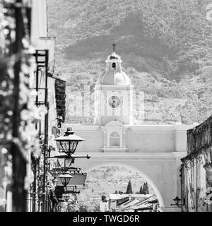 Antigua Guatemala, ciudad colonial clásica con el famoso Arco de Santa Catalina y el volcán de Agua detrás en blanco y negro impresionante Imagen De Stock
