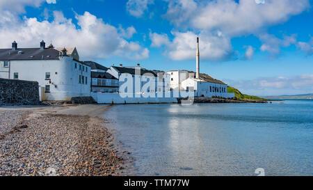 Vista de la Destilería Bowmore en la isla de Islay en Inner Hebrides de Escocia, Reino Unido Imagen De Stock
