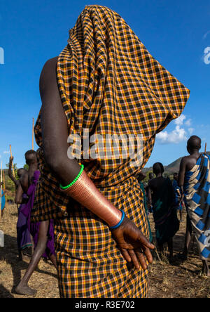 Vista trasera de una tribu suri mujer durante un donga ritual, valle de Omo Kibish, Etiopía Imagen De Stock