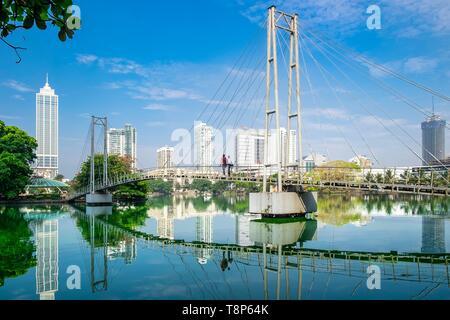 Sri Lanka, Colombo, distrito Wekanda, puente peatonal a lo largo de Lago Beira Imagen De Stock