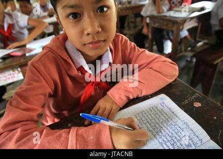 Laos, alumna de la escuela primaria, Vang Vieng, en Laos, en Indochina, en el sudeste de Asia, Asia Imagen De Stock
