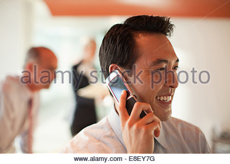 Empresario hablando por teléfono celular Imagen De Stock
