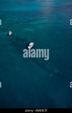 Vista aérea de los barcos de buceo local en boyas de amarre sobre el pecio benwood Imagen De Stock