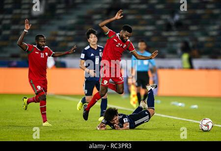 13 de enero de 2019, el estadio de la Ciudad Deportiva Zayed, Abu Dhabi, Emiratos Árabes Unidos; AFC Copa Asiática de Fútbol, Omán vs. Japón; Harib Al-Saadi de Omán Yuto Nagatomo incrustaciones de Japón Imagen De Stock