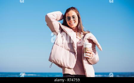 A mediados elegante mujer adulta en la playa contra el cielo azul, retrato, Odessa, Odeska Oblast, Ucrania Imagen De Stock