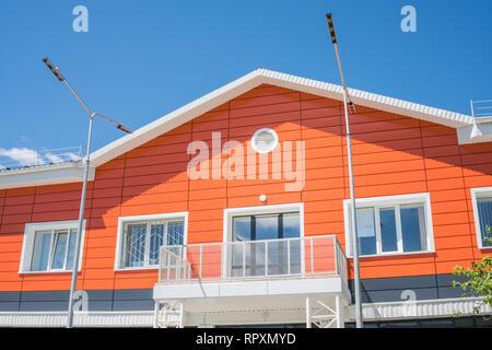 La fachada de un edificio residencial en color naranja. Imagen De Stock