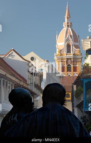 La estatua de San Pedro Claver, en la Plaza de San Pedro Claver, el casco antiguo de la ciudad, Cartagena de Indias, Colombia Imagen De Stock