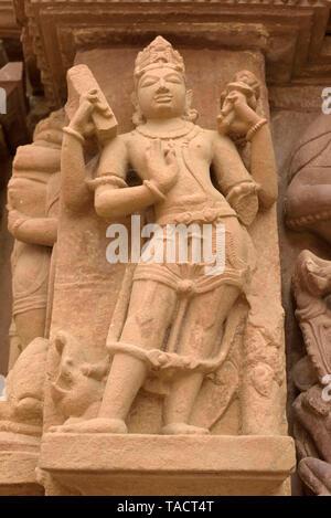 SSK - 132 hermosas y exqusite escultura hecha de piedra arenisca de una diosa de la antigua arquitectura exterior del templo de Laxmana Khajuraho, Madhya Pradesh, India Asia 11 de diciembre de 2014 Imagen De Stock