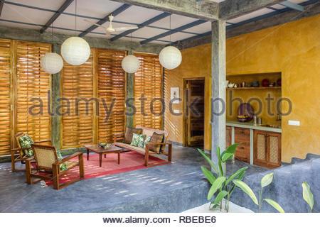 Salón con pantalla para jardín. Jalakara Villa Hotel, Islas Andamán y Nicoar, India. Arquitecto: Ajith Andagere, 2016. Imagen De Stock