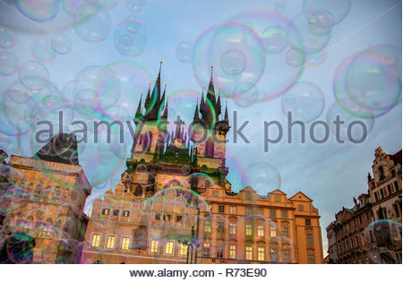 Las burbujas y la iglesia de Nuestra Señora en frente del Týn, La Plaza de la Ciudad Vieja de Praga, Hlavni mesto Praha, República Checa Imagen De Stock