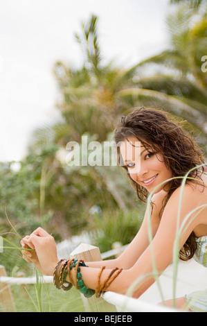 Retrato de una joven mujer sonriendo Imagen De Stock