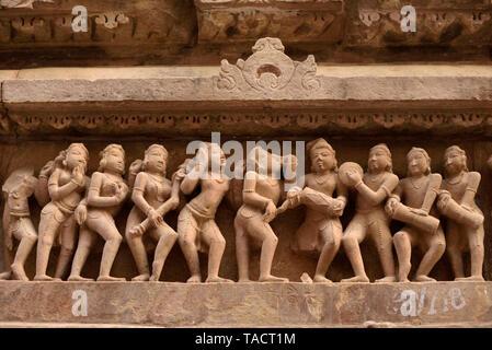 SSK - 081 esculturas y tallados con instrumentos musicales en las paredes exteriores del templo de Laxmana Kajuraho Madhya Pradesh India Asia 11 de diciembre de 2014 Imagen De Stock