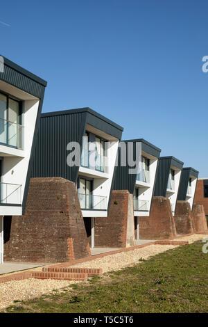 Vista frontal de la hilera de casas de un extremo duro Priddys, Gosport, Reino Unido. Arquitecto: John Pardey Architects, 2019. Imagen De Stock