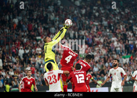 Enero 15, 2019 : Amer Shafi de Jordania boxing la bola lejos delante de Mohammed Saleh de Palestina en Palestina v Jordania en el estadio Mohammed Bin Zayed, en Abu Dhabi, Emiratos Árabes Unidos, AFC Copa Asiática, campeonato de fútbol asiático. Ulrik Pedersen/CSM. Imagen De Stock