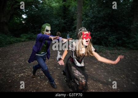 Dos niños en traje para la noche de Halloween. Imagen De Stock
