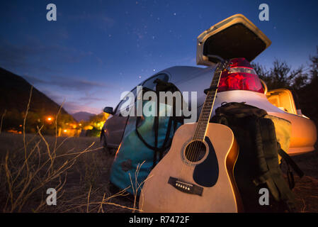 Guitarra, mochila y equipaje en el maletero del coche Imagen De Stock