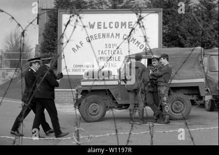 Greenham Common RAF base militar del ejército británico en 1983 la policía protege la base de la RAF, durante la CND Womens Peace Camp bloqueo. 1980 UK HOMER SYKES Imagen De Stock
