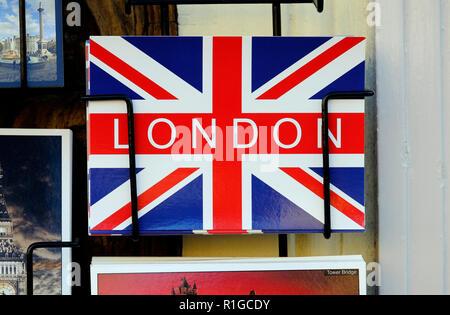Bandera Union Jack London postal en rack Imagen De Stock