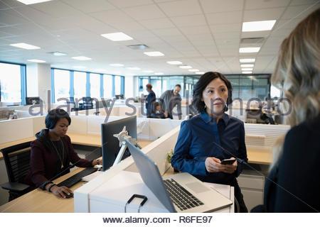 Reunión de empresarias en oficina abierta Imagen De Stock