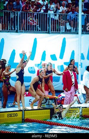 El equipo de USA la mujer del 4x100m relevos celebrar ganando la medalla de oro y rompiendo el récord mundial en los Juegos Olímpicos de 1992 Juegos Olímpicos de Verano en Barcelona España. L-R Angel Martino, Nicole Haislett, Dara Torres, Jenny Thompson Imagen De Stock
