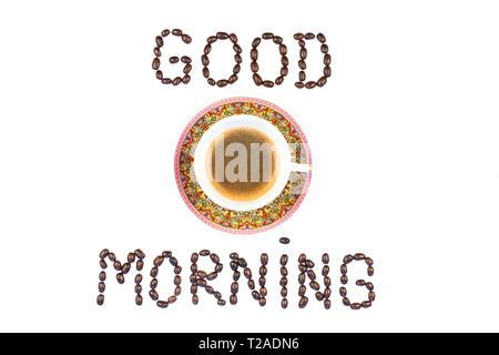Top vistos taza de café y granos de café, sobre un fondo blanco. Los granos de café y formar las palabras de buena mañana. Imagen De Stock