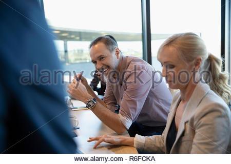 Empresario riendo en la sala reunión Imagen De Stock