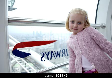 Fotografía de London eye visitando dentro de la familia dentro de la vaina para niños Imagen De Stock