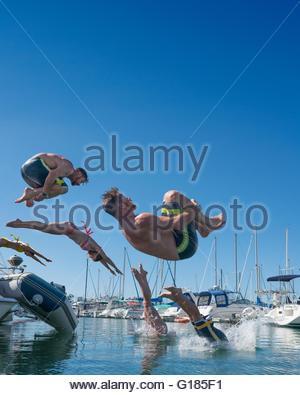La gente multiplicado digitalmente y buceo en mar somersaulting Imagen De Stock