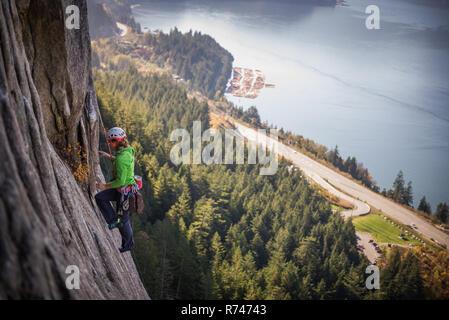 Las hembras jóvenes de escalador escalada cara, vista elevada, el jefe, Squamish, British Columbia, Canadá Imagen De Stock