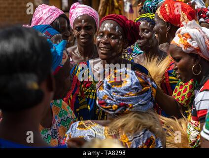 La tribu de Dan mujeres celebrando la cosecha de ñame en un pueblo, Bafing, Godoufouma, Costa de Marfil Imagen De Stock