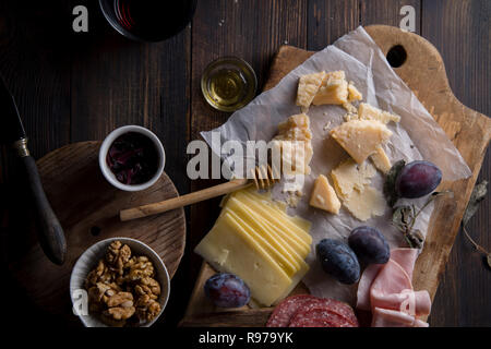 Junta de carne y queso, bocadillos para el vino con nueces y miel Imagen De Stock