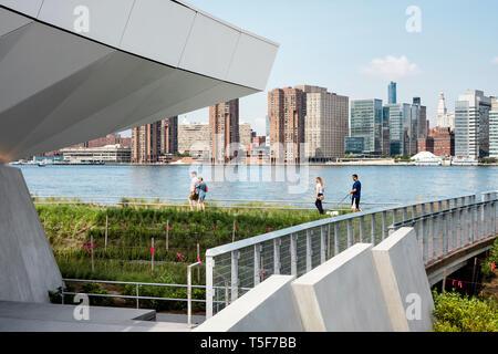 Los pastizales y East River desde la rampa que lleva a El Mirador. Hunters Point South Park, Nueva York, Estados Unidos. Arquitecto: SWA/Balsley en colaboración Imagen De Stock
