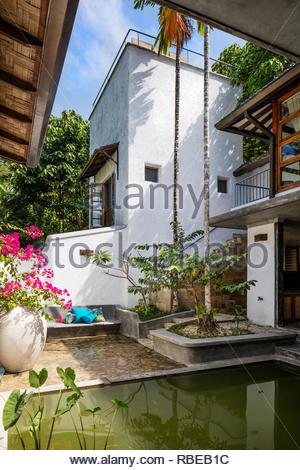 Patio con estanque. Jalakara Villa Hotel, Islas Andamán y Nicoar, India. Arquitecto: Ajith Andagere, 2016. Imagen De Stock