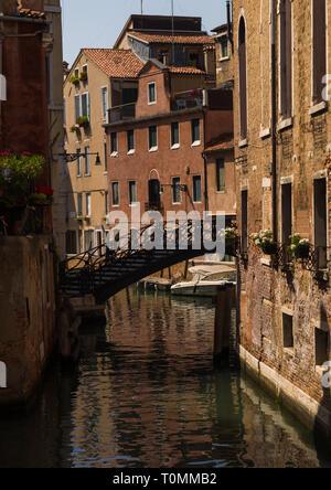 Puente sobre un pequeño canal en el casco antiguo de la ciudad, la región del Veneto, Venecia, Italia Imagen De Stock