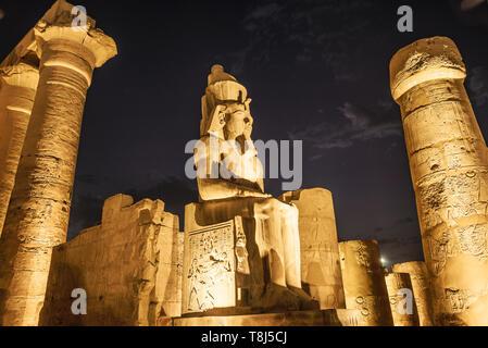 Templo de Luxor, en la noche, Luxor, Egipto Imagen De Stock