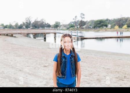 Chica en la playa de arena, Long Beach, California, EE.UU. Imagen De Stock