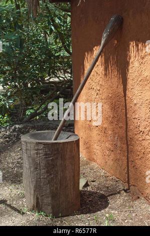 Cherokee mortero de madera para moler maíz, Aldea Qualla Oconaluftee, Reserva, Carolina del Norte. Fotografía Digital. Imagen De Stock
