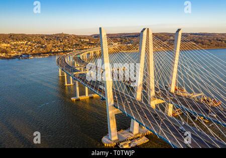 Vista aérea del nuevo puente Tappan Zee, abarcando entre el río Hudson y Nyack Tarrytown en tarde soleada tarde Imagen De Stock