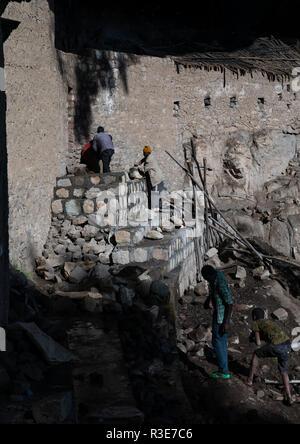 Los trabajadores reparando nakuto iglesia roca de laboratorio, la región de Amhara, Lalibela, Etiopía Imagen De Stock