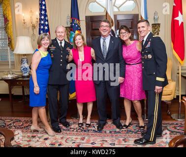 Feliz jefe de defensores de los EE.UU. con sus esposas en una recepción el 11 de junio de 2013. En el Dpto. Imagen De Stock