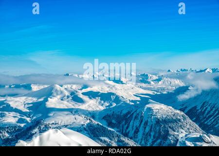 Hermosas montañas cubiertas de nieve de la región de esquí de Arosa en Suiza Imagen De Stock